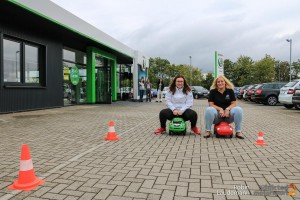 Anna Niebeling (HaLT-Projektkoordinatorin) und Larissa Windemuth (Marketing Autohaus Stöber)